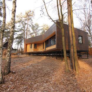 他の地域のコンテンポラリースタイルのおしゃれな家の外観 (木材サイディング、茶色い外壁、片流れ屋根、戸建、金属屋根) の写真