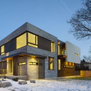 Пример оригинального дизайна интерьера: двухэтажный фасад частного дома серого цвета в современном стиле с плоской крышей и комбинированной облицовкой