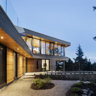 Пример оригинального дизайна: двухэтажный, деревянный, разноцветный частный загородный дом в современном стиле с плоской крышей