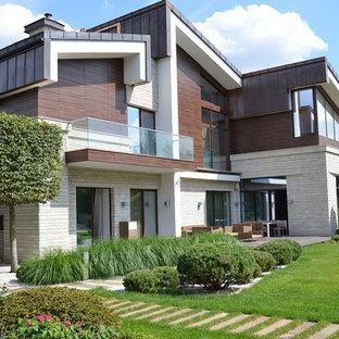 Новый формат декора квартиры: двухэтажный, разноцветный фасад частного дома среднего размера в современном стиле с комбинированной облицовкой, односкатной крышей и металлической крышей