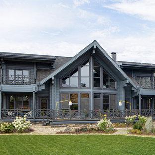 Идея дизайна: большой, двухэтажный, серый, деревянный частный загородный дом в современном стиле с двускатной крышей