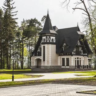 Стильный дизайн: кирпичный, бежевый частный загородный дом в викторианском стиле - последний тренд