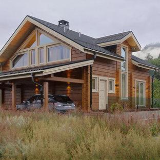 Идея дизайна: двухэтажный, деревянный, коричневый частный загородный дом в стиле кантри с двускатной крышей