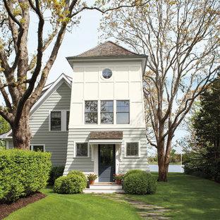 Источник вдохновения для домашнего уюта: разноцветный частный загородный дом в морском стиле с крышей из гибкой черепицы