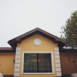 Imagen de fachada de casa naranja, tradicional, grande, de una planta