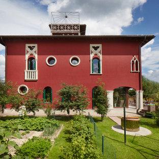 Свежая идея для дизайна: маленький, красный, двухэтажный вилла частный загородный дом в стиле неоклассика (современная классика) с облицовкой из цементной штукатурки и черепичной крышей - отличное фото интерьера