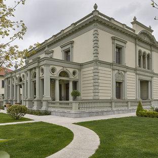 Новый формат декора квартиры: двухэтажный фасад частного дома серого цвета в классическом стиле с плоской крышей