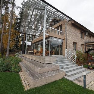 На фото: со средним бюджетом двухэтажные, деревянные, бежевые частные загородные дома среднего размера в современном стиле с двускатной крышей и крышей из гибкой черепицы