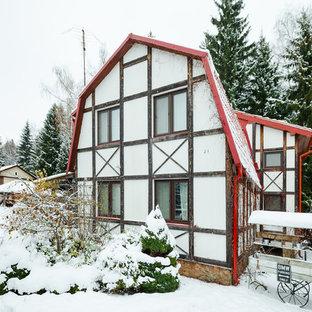 Пример оригинального дизайна: большой, двухэтажный, белый частный загородный дом в стиле рустика с мансардной крышей, облицовкой из цементной штукатурки и крышей из гибкой черепицы