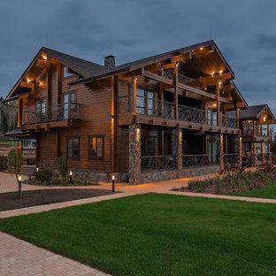 Идея дизайна: деревянный, коричневый, двухэтажный частный загородный дом в классическом стиле с двускатной крышей