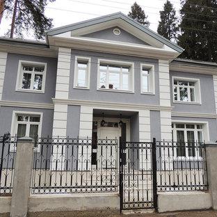 Создайте стильный интерьер: двухэтажный фасад дома серого цвета в классическом стиле с двускатной крышей - последний тренд