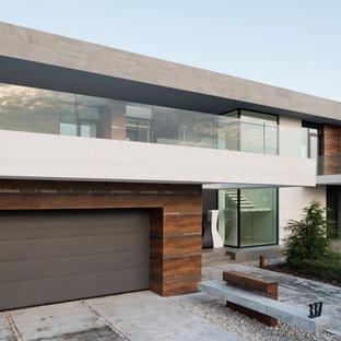На фото: фасад дома среднего размера в современном стиле с