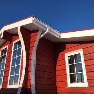 Minimalistisk inredning av ett mellanstort rött hus, med allt i ett plan, sadeltak och tak med takplattor