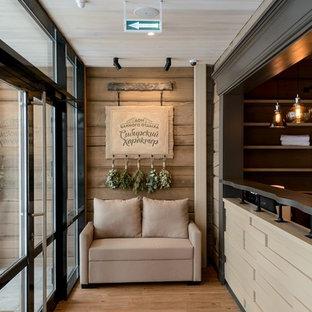 Удачное сочетание для дизайна помещения: домашний бар в стиле рустика с открытыми фасадами, коричневыми фасадами, столешницей из дерева, паркетным полом среднего тона, коричневым полом и коричневой столешницей - самое интересное для вас