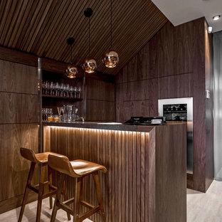 Источник вдохновения для домашнего уюта: параллельный домашний бар в современном стиле с барной стойкой, темными деревянными фасадами, деревянной столешницей, бежевым полом и плоскими фасадами