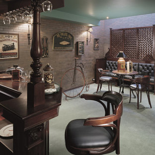Ispirazione per un angolo bar chic con pavimento verde e top marrone