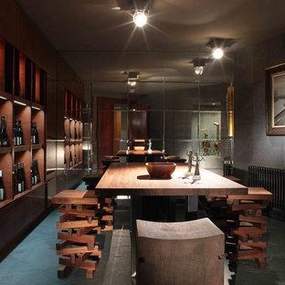 Новый формат декора квартиры: домашний бар в современном стиле с барной стойкой, плоскими фасадами и фасадами цвета темного дерева
