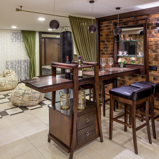 Новый формат декора квартиры: домашний бар в стиле фьюжн с барной стойкой, плоскими фасадами, фасадами цвета темного дерева и коричневым фартуком