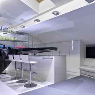 Создайте стильный интерьер: линейный домашний бар среднего размера в современном стиле с барной стойкой, плоскими фасадами, белыми фасадами, столешницей из акрилового камня, полом из керамогранита, белым полом и черной столешницей - последний тренд