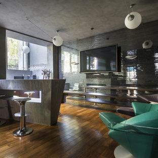 Новый формат декора квартиры: линейный домашний бар среднего размера в современном стиле с барной стойкой и деревянным полом