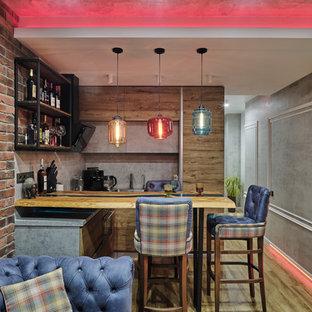 モスクワの小さいインダストリアルスタイルのおしゃれな着席型バー (コの字型、アンダーカウンターシンク、フラットパネル扉のキャビネット、中間色木目調キャビネット、木材カウンター、グレーのキッチンパネル、ラミネートの床、ベージュの床、ターコイズのキッチンカウンター) の写真