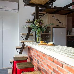 Foto di un angolo bar industriale di medie dimensioni con top in laminato e pavimento in linoleum