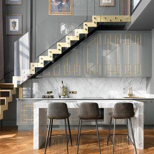 Источник вдохновения для домашнего уюта: домашний бар в современном стиле с барной стойкой, серыми фасадами, белым фартуком, фартуком из каменной плиты, паркетным полом среднего тона, белой столешницей и мраморной столешницей