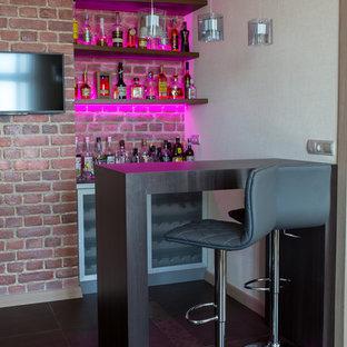 Создайте стильный интерьер: линейный домашний бар в современном стиле с барной стойкой, открытыми фасадами, темными деревянными фасадами и фартуком из кирпича без раковины - последний тренд