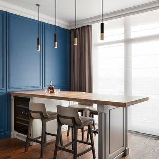 Новый формат декора квартиры: домашний бар в современном стиле с барной стойкой, столешницей из дерева и темным паркетным полом