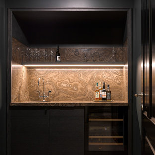 На фото: мини-бар с мойкой в скандинавском стиле с врезной раковиной, плоскими фасадами, черными фасадами, коричневым фартуком, коричневым полом и коричневой столешницей с