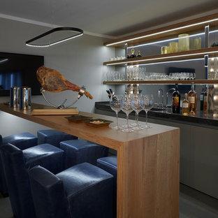 Идея дизайна: прямой домашний бар в современном стиле с мойкой, плоскими фасадами, серыми фасадами и черной столешницей