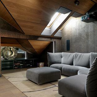На фото: большой изолированный домашний кинотеатр в современном стиле с коричневыми стенами, проектором, светлым паркетным полом и бежевым полом с