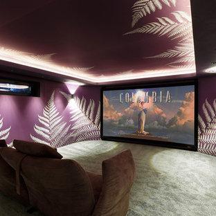 Неиссякаемый источник вдохновения для домашнего уюта: изолированный домашний кинотеатр в современном стиле с фиолетовыми стенами и ковровым покрытием