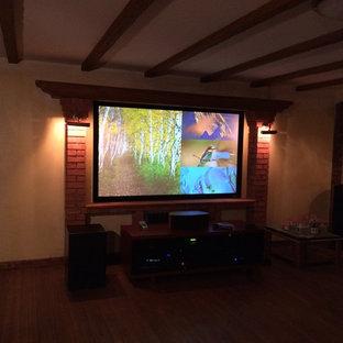 Idee per un home theatre chic di medie dimensioni e aperto con pareti gialle, pavimento in legno verniciato, schermo di proiezione e pavimento marrone
