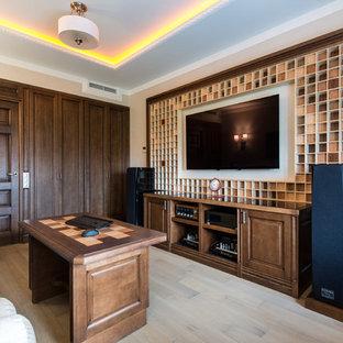 Создайте стильный интерьер: изолированный домашний кинотеатр среднего размера в стиле современная классика с бежевыми стенами, паркетным полом среднего тона, коричневым полом и телевизором на стене - последний тренд