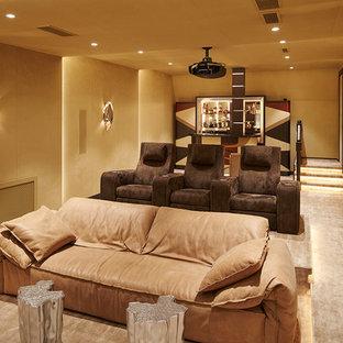 Неиссякаемый источник вдохновения для домашнего уюта: изолированный домашний кинотеатр в современном стиле с бежевыми стенами, ковровым покрытием и бежевым полом