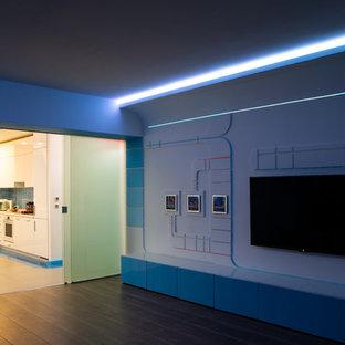 Esempio di un home theatre design di medie dimensioni e aperto con pareti bianche, pavimento in laminato, TV a parete e pavimento marrone