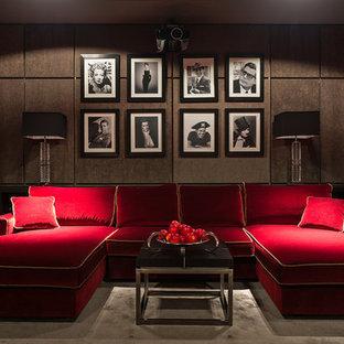 Создайте стильный интерьер: домашний кинотеатр в современном стиле с коричневыми стенами, полом из коврового покрытия и экраном для проектора - последний тренд