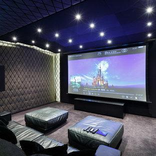 Создайте стильный интерьер: изолированный домашний кинотеатр в современном стиле с серыми стенами, ковровым покрытием, экраном для проектора и серым полом - последний тренд