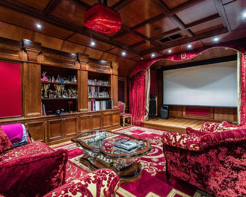 Свежая идея для дизайна: домашний кинотеатр в классическом стиле с коричневыми стенами, паркетным полом среднего тона, экраном для проектора и коричневым полом - отличное фото интерьера