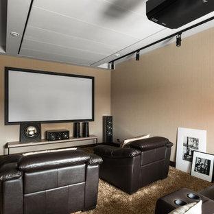 Неиссякаемый источник вдохновения для домашнего уюта: изолированный домашний кинотеатр в современном стиле с бежевыми стенами, полом из коврового покрытия, экраном для проектора и бежевым полом