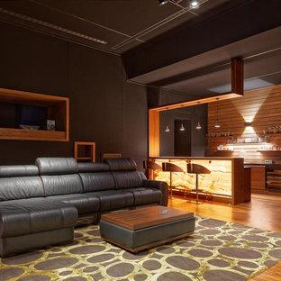 Выдающиеся фото от архитекторов и дизайнеров интерьера: большой изолированный домашний кинотеатр в современном стиле с коричневыми стенами, паркетным полом среднего тона и коричневым полом