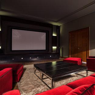 На фото: изолированный домашний кинотеатр в современном стиле с паркетным полом среднего тона, проектором и коричневым полом