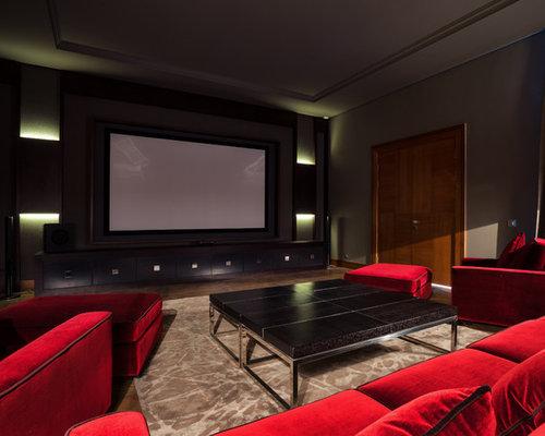 Пример оригинального дизайна интерьера: изолированный домашний кинотеатр в современном стиле с паркетным полом среднего тона, экраном для проектора и коричневым полом