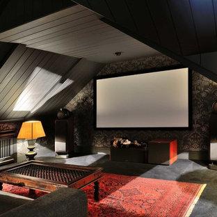 Новые идеи обустройства дома: маленький изолированный домашний кинотеатр в классическом стиле с черными стенами, экраном для проектора, ковровым покрытием и черным полом