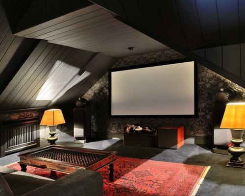Новые идеи обустройства дома: изолированный домашний кинотеатр в классическом стиле с черными стенами и экраном для проектора
