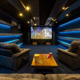 Выдающиеся фото от архитекторов и дизайнеров интерьера: изолированный домашний кинотеатр в современном стиле с экраном для проектора