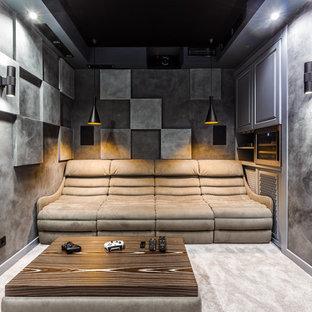 Неиссякаемый источник вдохновения для домашнего уюта: изолированный домашний кинотеатр в современном стиле с серыми стенами, ковровым покрытием и серым полом