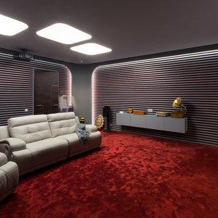 Неиссякаемый источник вдохновения для домашнего уюта: домашний кинотеатр в современном стиле с серыми стенами, ковровым покрытием, красным полом и проектором