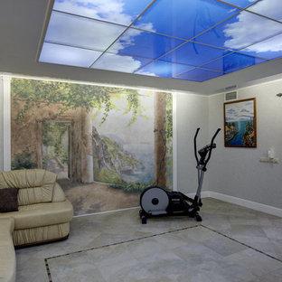 Foto di una sala pesi design di medie dimensioni con pareti multicolore, pavimento in gres porcellanato e pavimento beige